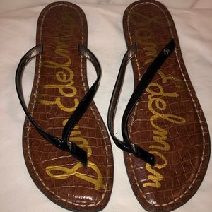 SAM EDELMAN. Black patten leather flip flops.